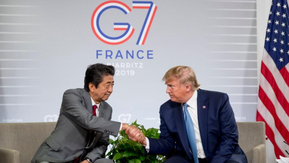 Foto: El presidente Donald Trump y el primer ministro japonés, Shinzo Abe, se dan la mano durante la cumbre del G-7 en Biarritz, 25 agosto 2019