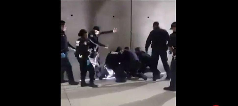 Foto VIDEO: Agentes someten a hombre en garita de San Ysidro 16 agosto 2019