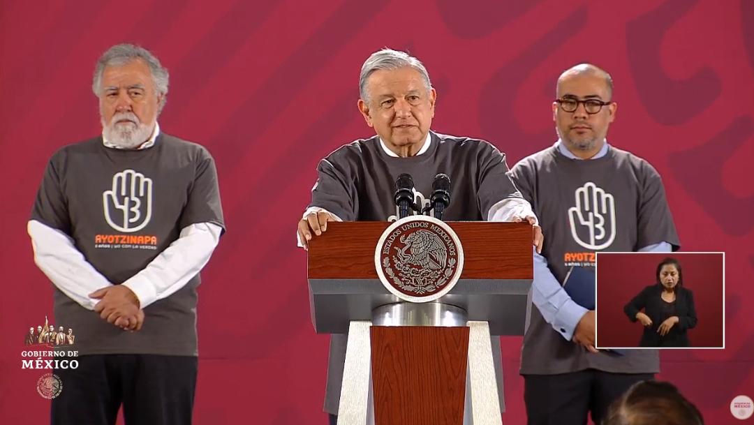 FOTO AMLO usa playera del caso Ayotzinapa, cumple promesa a padres de normalistas (YouTube)