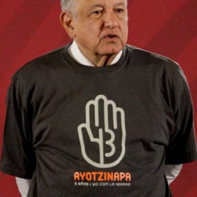 AMLO usa playera del caso Ayotzinapa, cumple promesa a padres de normalistas