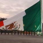 AMLO iza bandera en Zócalo CDMX por víctimas de sismos de 1985 y 2017 (YouTUbe)