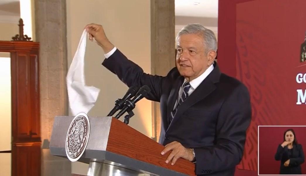 Foto: López Obrador muestra un pañuelo, 17 de septiembre de 2019, Ciudad de México