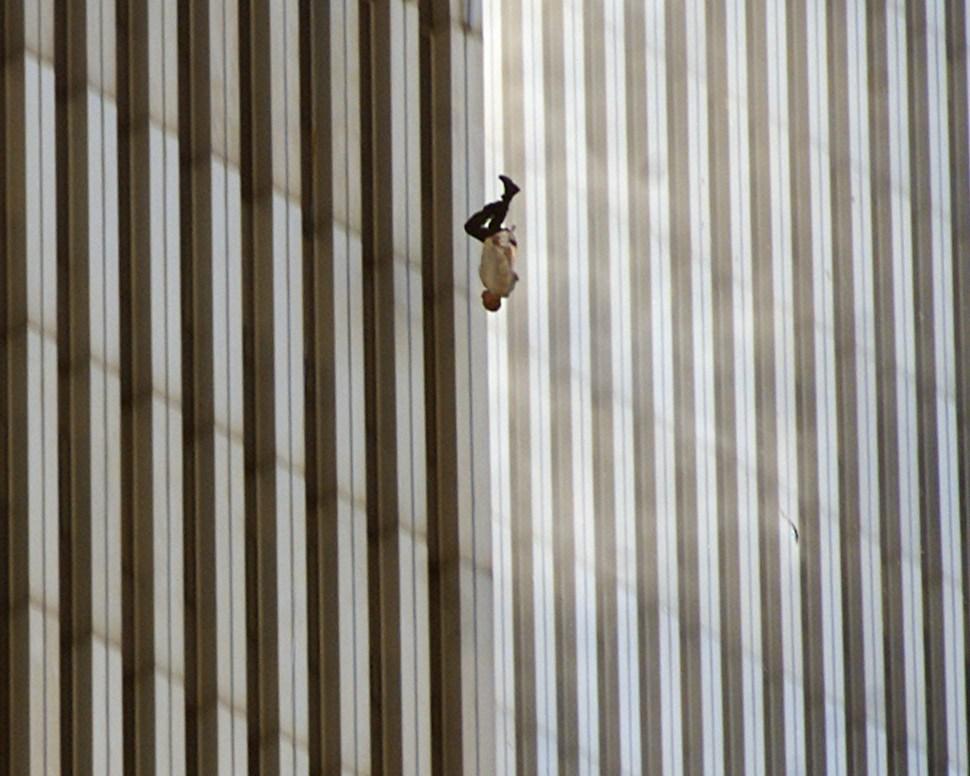 Foto:persona saltando de las torres gemelas tras el atentado. 11 septiembre 2019.