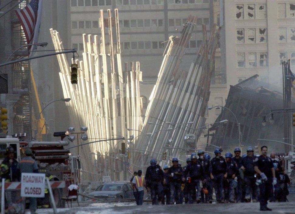 Foto:Trabajadores rescatando gente en torres gemelas después del atentado. 11 septiembre 2019
