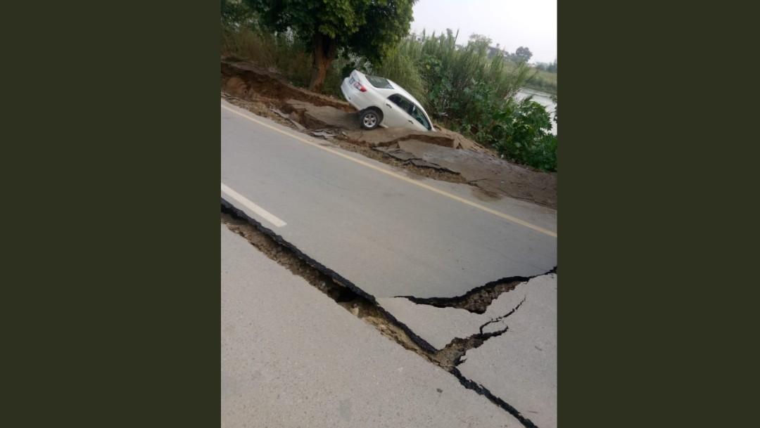 Foto: Auto cae a grieta durante sismo en Pakistán, 24 de septiembre de 2019