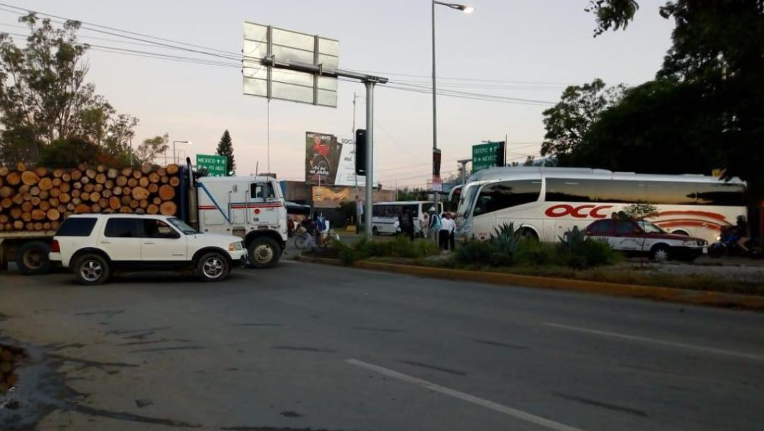 fOTO: Un grupo de habitantes de San Sebastián Tutla bloquea los accesos a ese municipio, 20 septiembre 2019