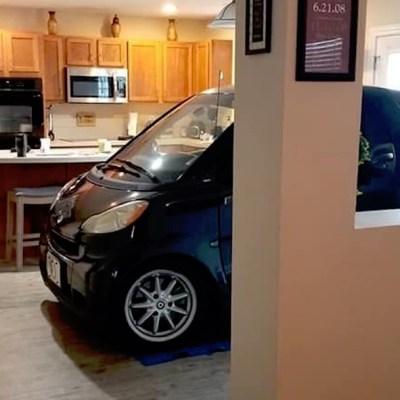 Estaciona su coche en la cocina para que el huracán 'Dorian' no lo dañe