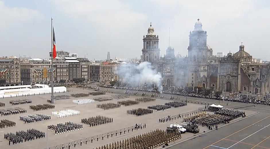 FOTO Seis disparos de cañón marcan los honores a AMLO en el desfile militar 2019 (YouTube)