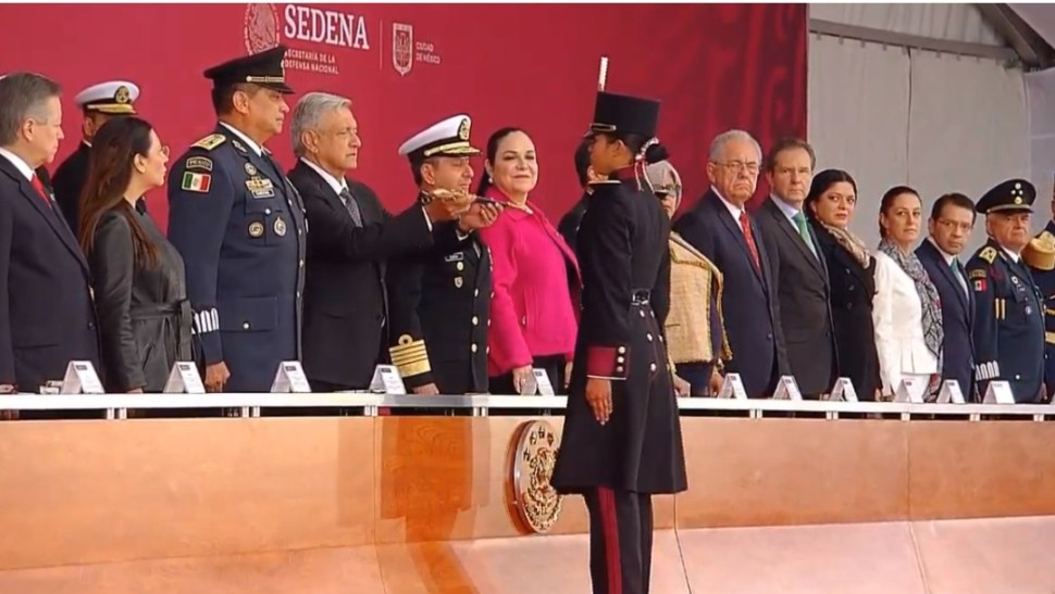 Foto: López Obrador hace entrega de espadines. 13 de septiembre de 2019, Ciudad de México