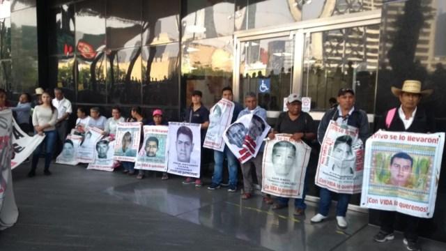 Foto: Familiares de Ayotzinapa protestan frente a FGR, 25 de septiembre de 2019, Ciudad de México