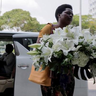 Familiares visitan restos mortales de Mugabe en Singapur en espera de repatriación