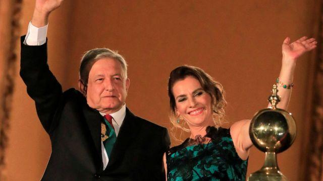 Foto: Andrés Manuel López Obrador y su esposa Beatriz Gutiérrez Müller durante la ceremonia del Grito de Independencia. Reuters