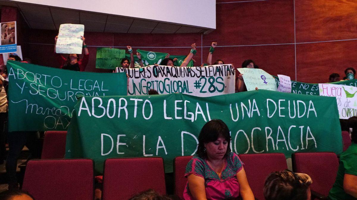 """Foto: Feministas de la llamada """"Marea Verde"""" colocaron mantas en el Congreso de Oaxaca. Efe"""