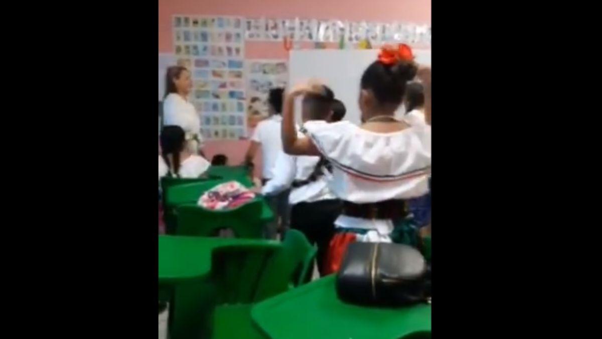 Foto: Una maestra de la primaria Plutarco Elías Calles en Guaymas, Sonora, calmó a sus alumnos. Twitter/@AguedaBaroja