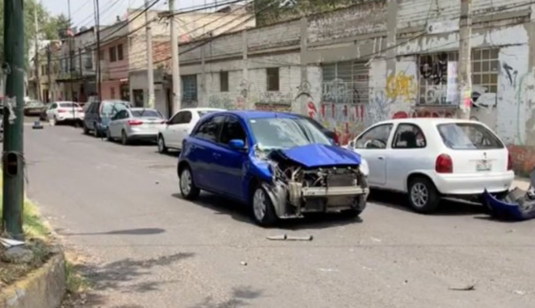 Foto: El conductor chocó con varios autos estacionados después de recibir un disparo en la espalada. Noticieros Televisa