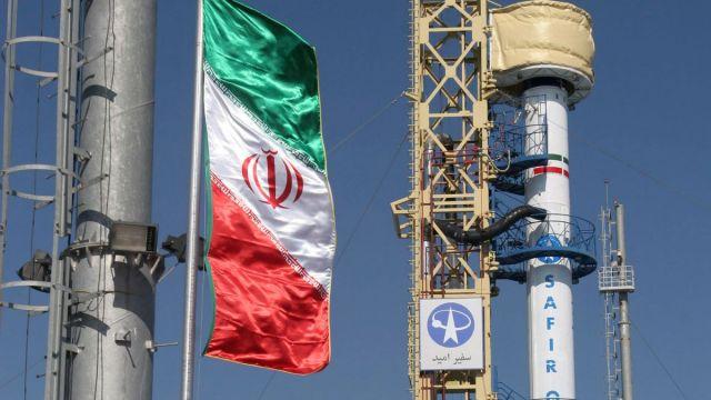 Foto: El cohete iraní 'Safir-2' instalado en una plataforma de lanzamiento. AP/Archivo