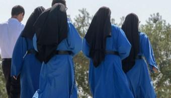 Foto: Varias monjas caminan por el santuario Cristo Rey en Portugal. Getty Images/Archivo