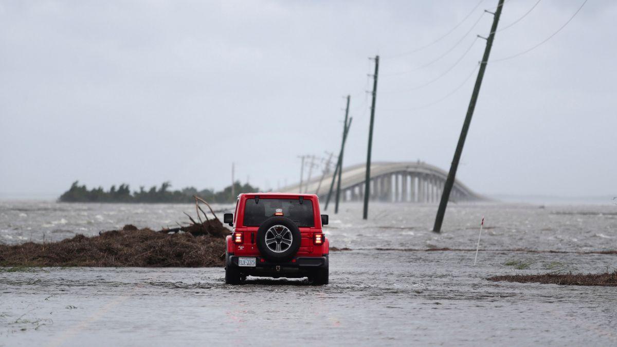 """Foto: Un puente quedó bajo el agua tras el paso del huracán """"Dorian"""" en Carolina del Norte, EEUU. AP"""