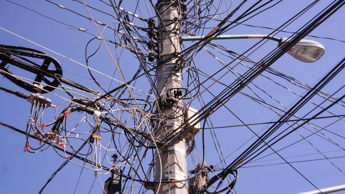 Foto: Un poste de luz repleto de cables en la Ciudad de México. Cuartoscuro