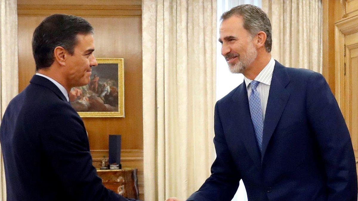Foto: Felipe VI, rey de España, saluda al presidente del Gobierno en funciones, Pedro Sánchez. Reuters