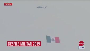 FOTO: Helicóptero Cougar transporta bandera monumental en desfile militar 2019, 16 septiembre 2019