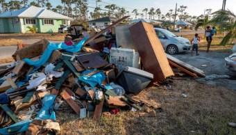 """Imagen: En Ábaco, la gente se está """"peleando entre ellos por sobrevivir"""" en medio de un escenario propio de una zona de guerra, 8 de septiembre de 2019 (EFE)"""
