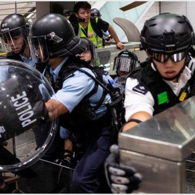 Manifestantes y policías se enfrentan en centro comercial de Hong Kong