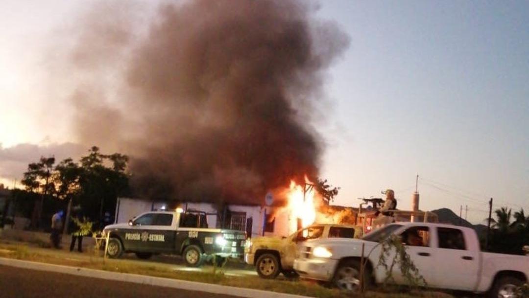 FOTO Grupo armado incendia casa con mujer y niños adentro, tras secuestro, en Sonora (Noticieros Televisa)