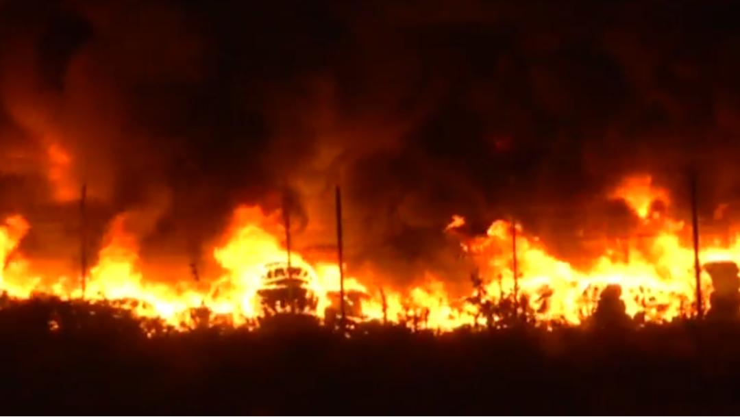 FOTO Incendio consume tiradero de llantas en Tultitlán, Edomex (Noticieros Televisa)