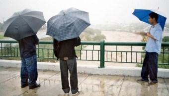 Algunos curiosos salieron a ver el río Santa Catarina durante la intensa lluvia que cae en el estado, 4 septiembre 2019