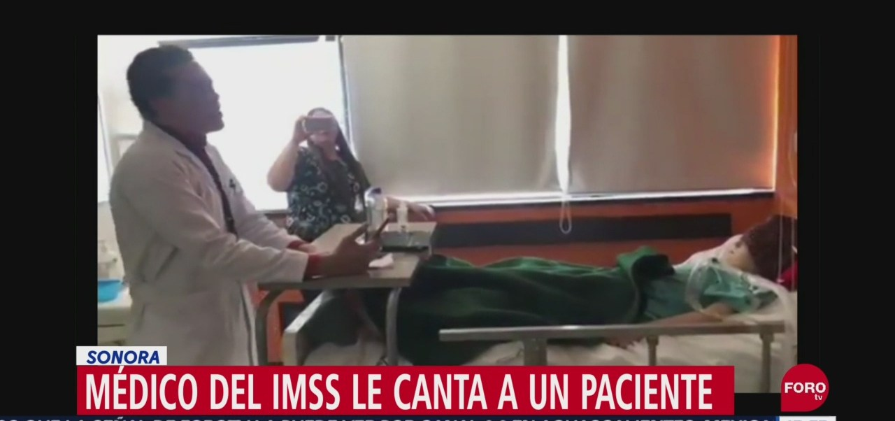FOTO: Médico del IMSS le canta 'Recuérdame' a un paciente, 16 septiembre 2019