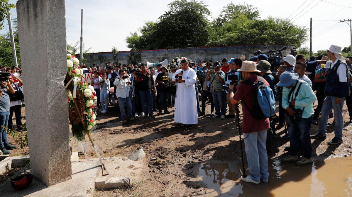 Realizan misa por normalistas desaparecidos