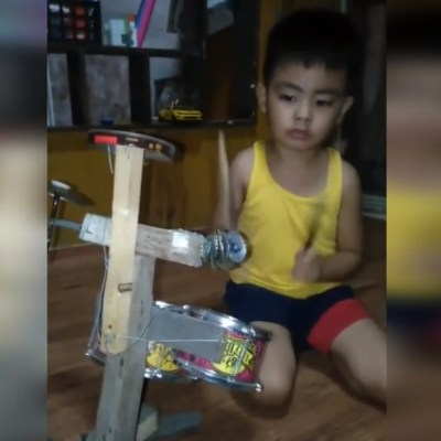 VIDEO: Niño de 4 años toca su batería hecha de basura como un profesional