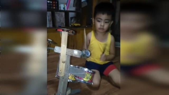 Foto: Niño de 4 años toca como profesional su batería hecha de basura, 15 septiembre 2019