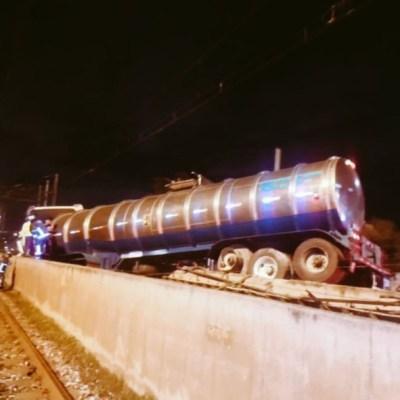 Pipa impacta muro de contención e ingresa a vías del Metro