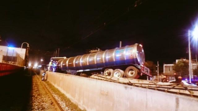Pipa impacta muro de contención e ingresa a vías del Metro entre las estaciones Tepalcates y Guelatao de la Línea A.