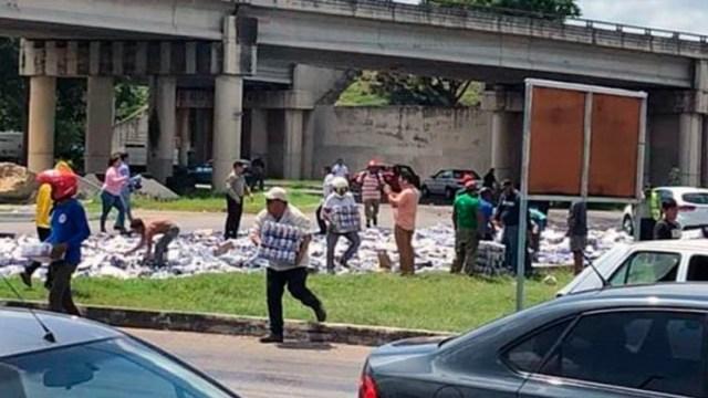 Tráiler con cerveza tira mercancía y genera rapiña, en Yucatán