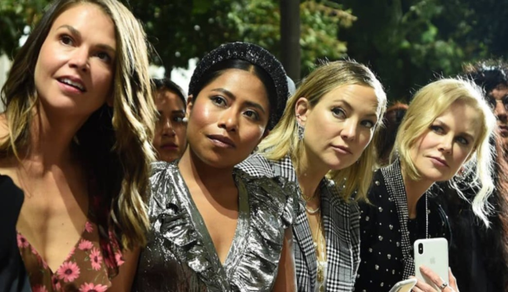 """Fotos: Aparicio compartió espacio en el """"front row de la pasarela con Nicole Kidman y Kate Hudson mientras desfilaban Gigi y Bella Hadid, 11 de septiembre de 2019 (Twitter @SoyGerardCortez)"""