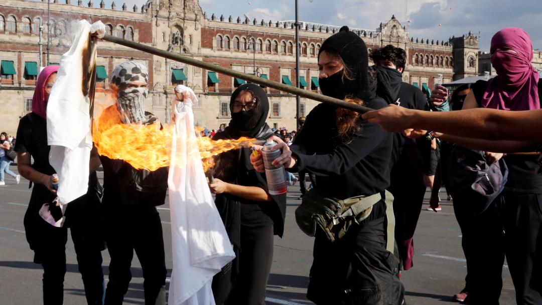 Encapuchados realizan quemas en el Zócalo de la CDMX, 02 octubre del 2019 (Reuters)
