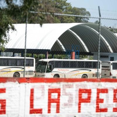 Normalistas de Michoacán retienen 24 autobuses en demanda de plazas laborales