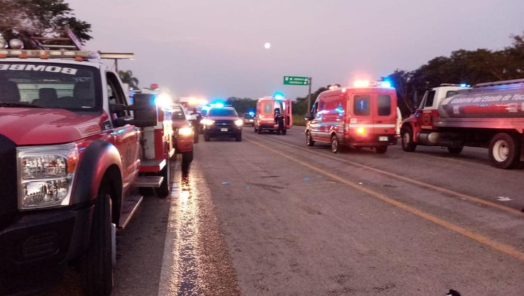 Foto: Paramédicos brindaron los primeros auxilios a los lesionados que viajaban a bordo de la ambulancia, 14 de octubre de 2019 (Twitter @sspyuc)