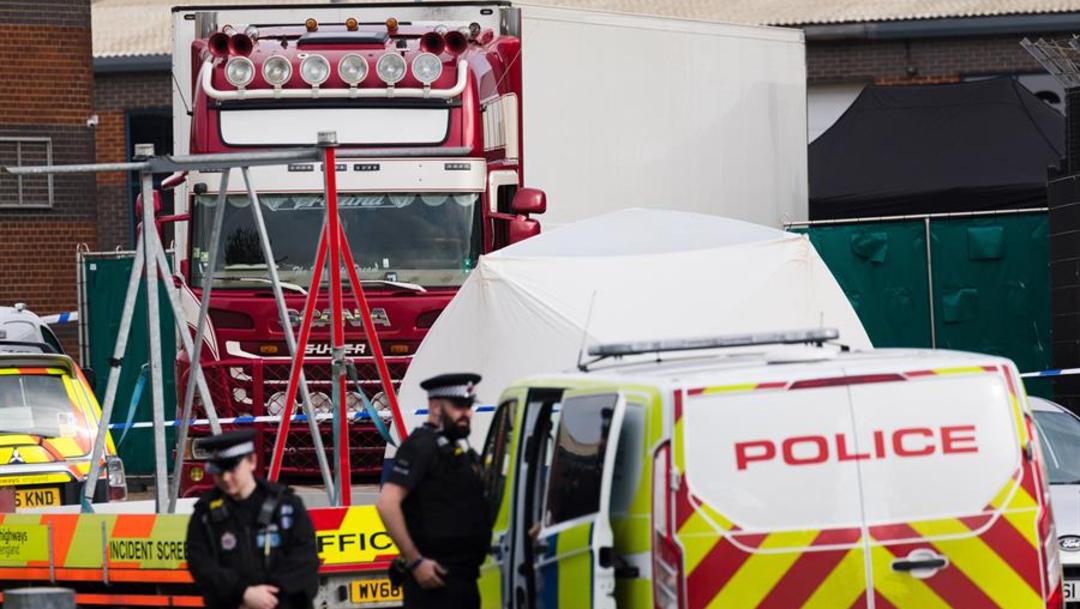 Imagen: La policía reveló que la cabina había llegado el pasado domingo al puerto de Holyhead (norte de Gales) en ferry, procedente de Irlanda del Norte, 26 de octubre de 2019 (EFE)
