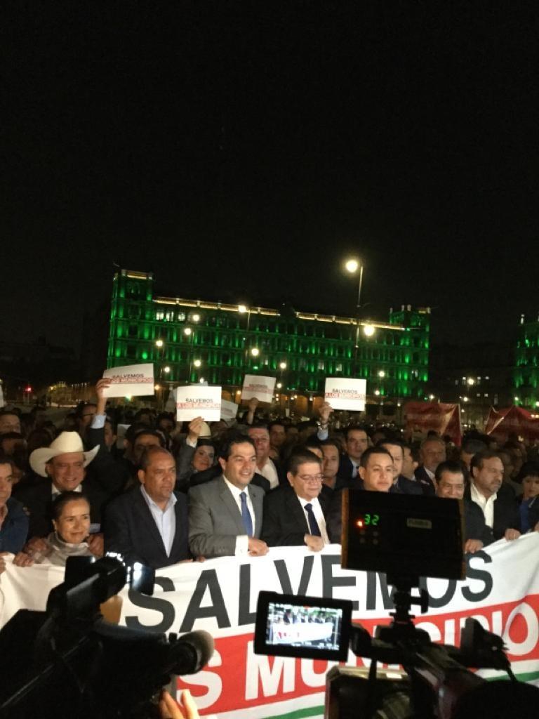 FOTO Alcaldes de México protestan afuera de Palacio Nacional (Noticieros Televisa)