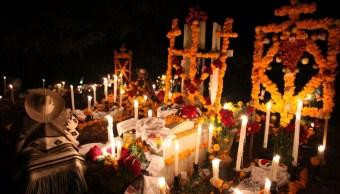 Imagen: Los pobladores de Cucuchucho perteneciente al municipio de Ttzintzuntzan, Michoacán, festejan el Día de Muertos adornando tumbas de sus familiares, el 31 de octubre de 2019 (Foto: Alan Ortega /Cuartoscuro.com)