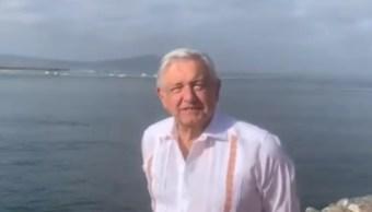 FOTO AMLO coincide en vuelo con Raúl Salinas de Gortari, pero se ignoran; en la imagen, el presidente en Ensenada (Twitter)