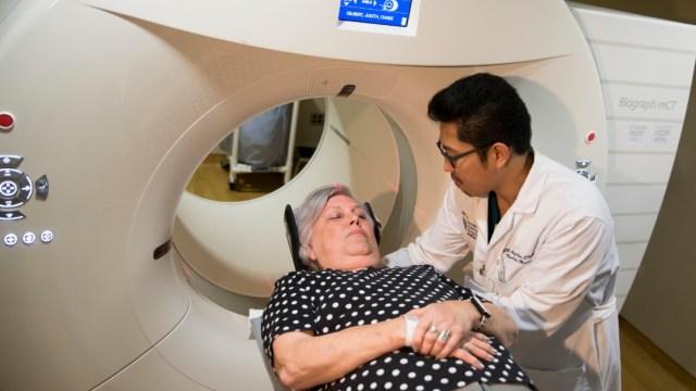 Foto: Paciente durante estudio de Alzheimer, 19 de mayo de 2015, Estados Unidos