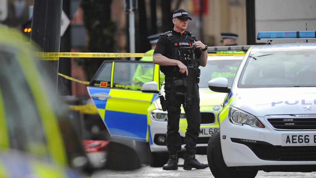 Foto: La policía acudió al lugar donde cuatro personas resultaron heridas en un ataque con cuchillo en Manchester, 11 octubre 2019