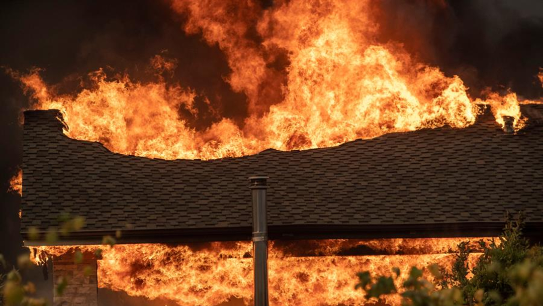 Fotos: El incendio, que ocurrió el jueves por la tarde, amenazó a casi 10.000 edificios en esta área al norte de Los Ángeles, 26 de octubre de 2019 (EFE)
