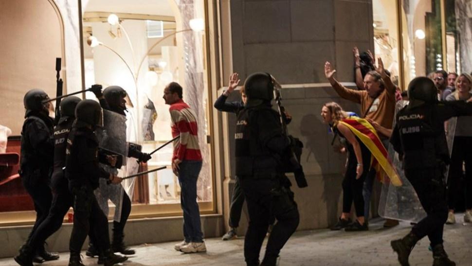 Foto: Según el servicio catalán de emergencias médicas, hubo que atender a 37 personas en Barcelona, 15 de octubre de 2019 (EFE)