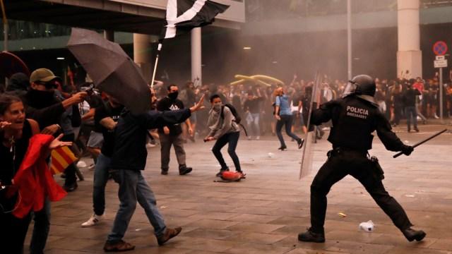 FOTO En Cataluña, suman 131 lesionados tras protestas (AP 14 oct 2019)